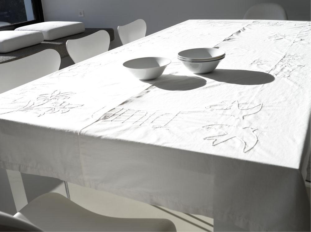 bestickte Tischdecke weiß auf weiß