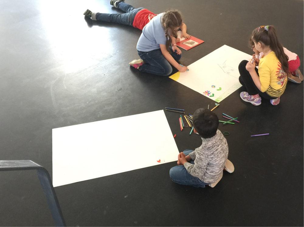 die Kinder der Flüchtlingsfrauen beim Zeichnen