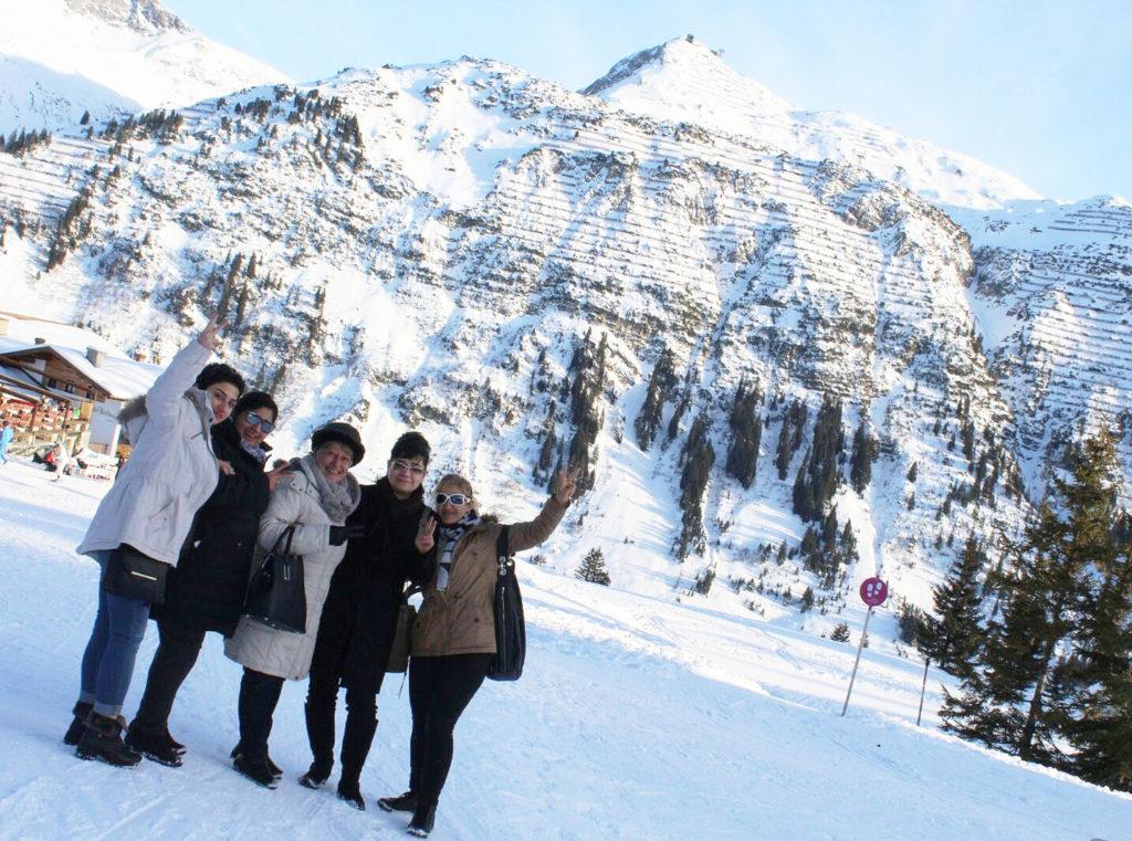 Frauen. die Stickerinnen, vor dem Omeshorn in Lech.
