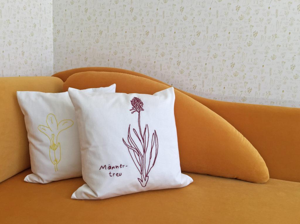 Sofa mit handbestickten Kissen