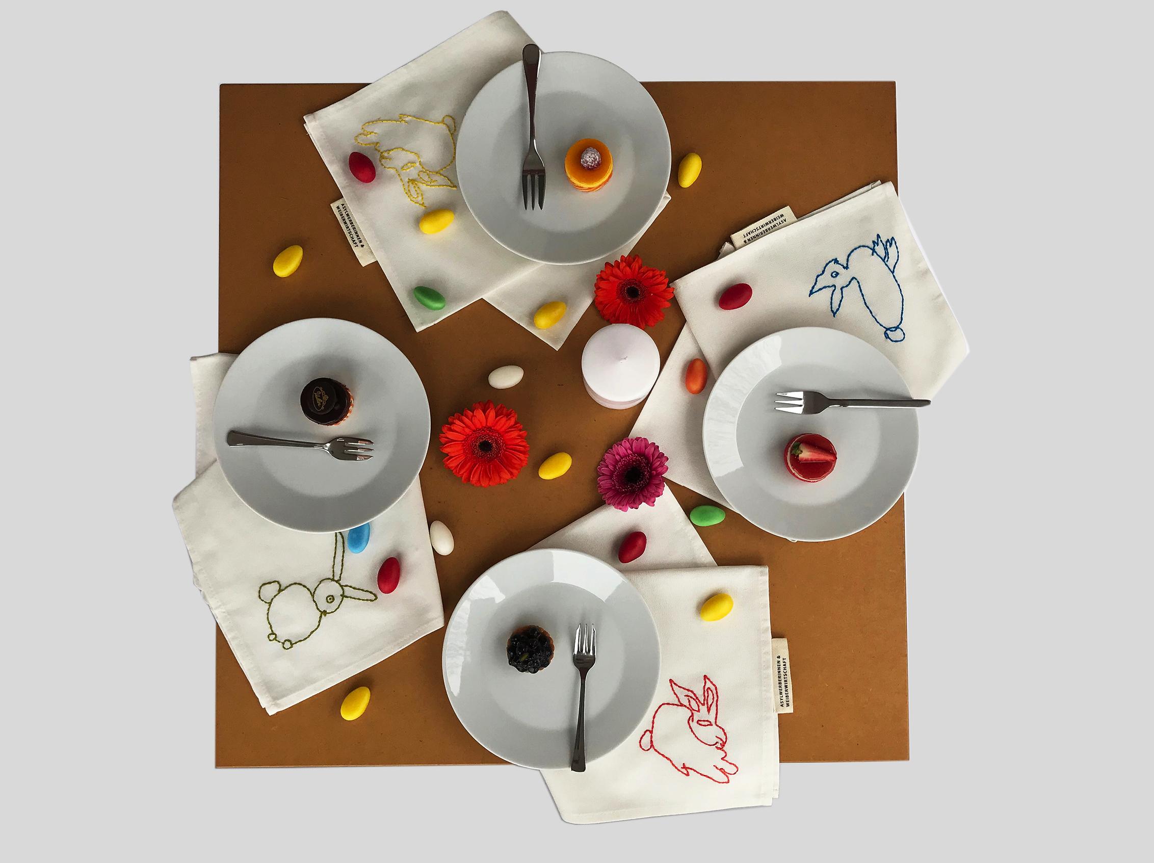 Servietten auf gedecktem Tisch